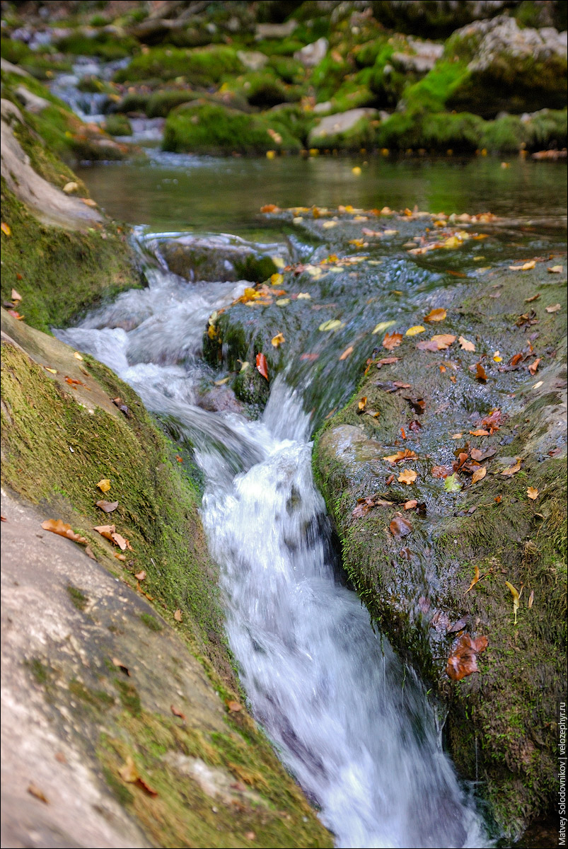 Вода течет в канавке