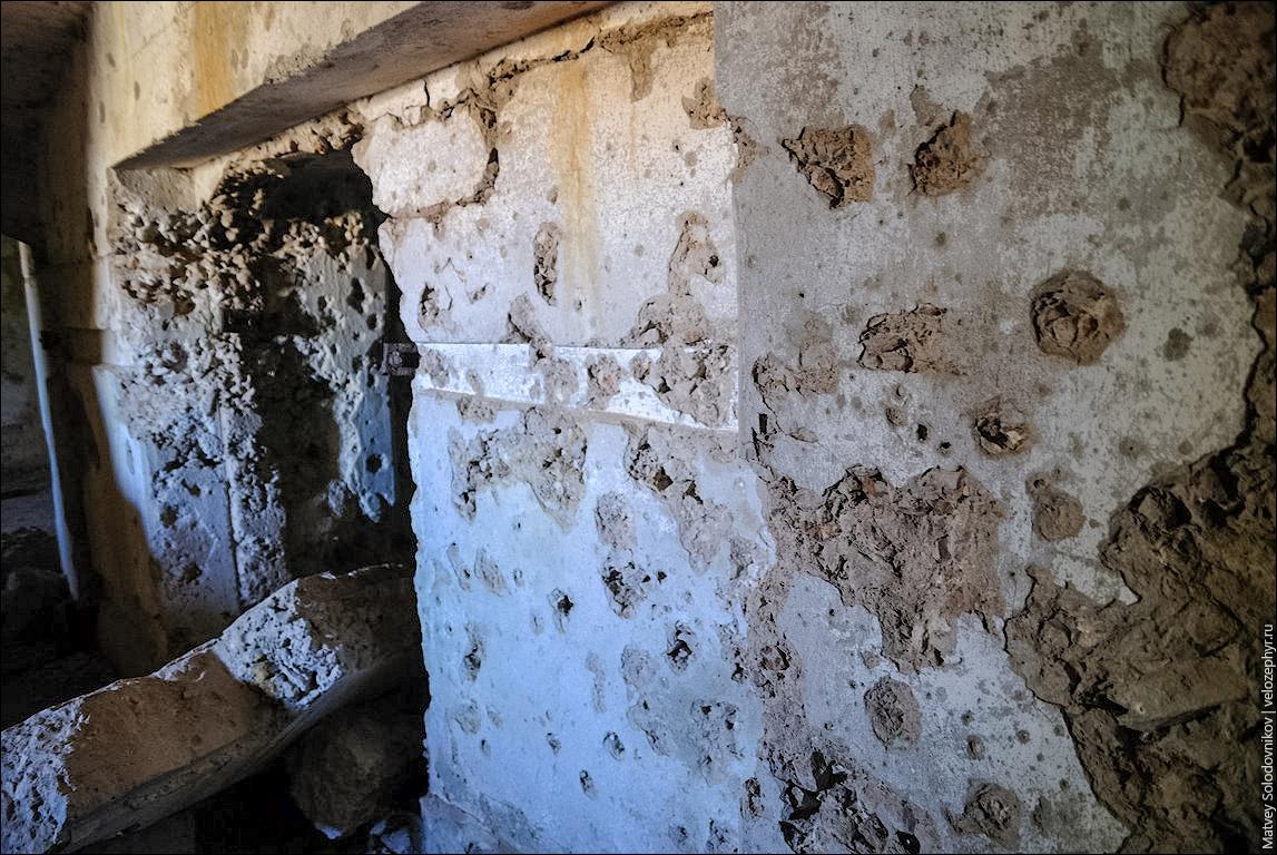 Стены в следах осколков