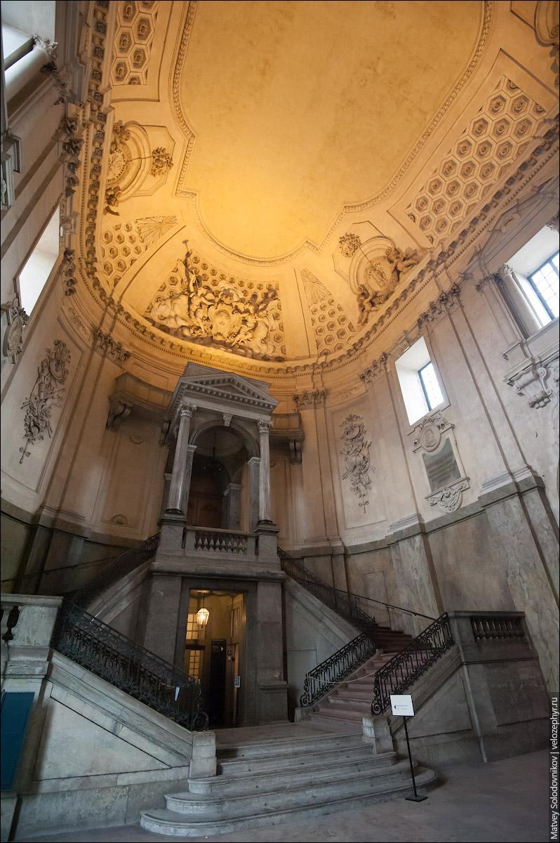 Вход в казначейство в Королевском дворце