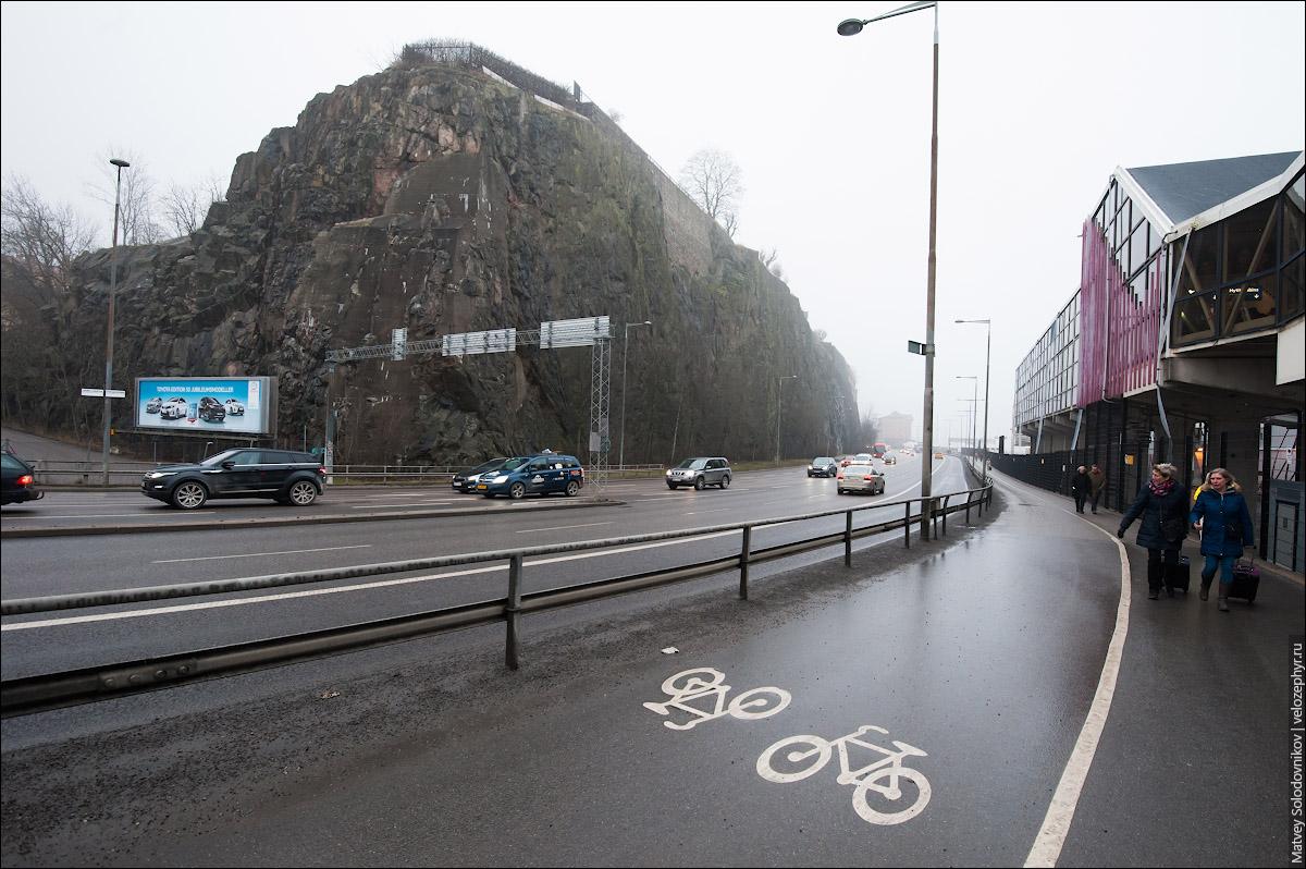 Велодорожка на фоне скалы