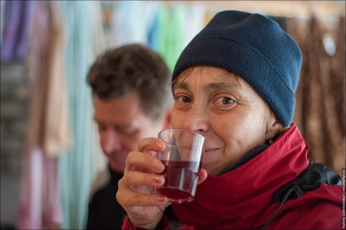 Лена дегустирует молодое вино