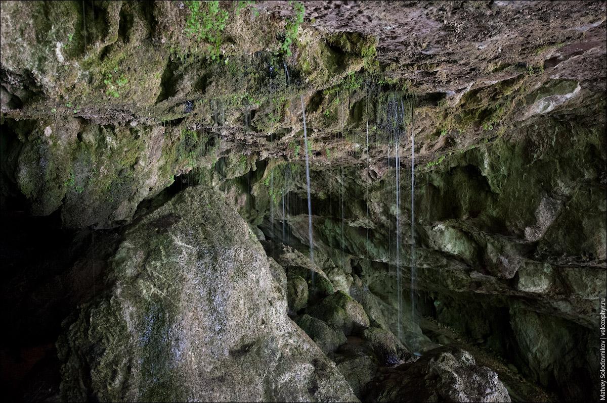 Внутри вода струится с потолка