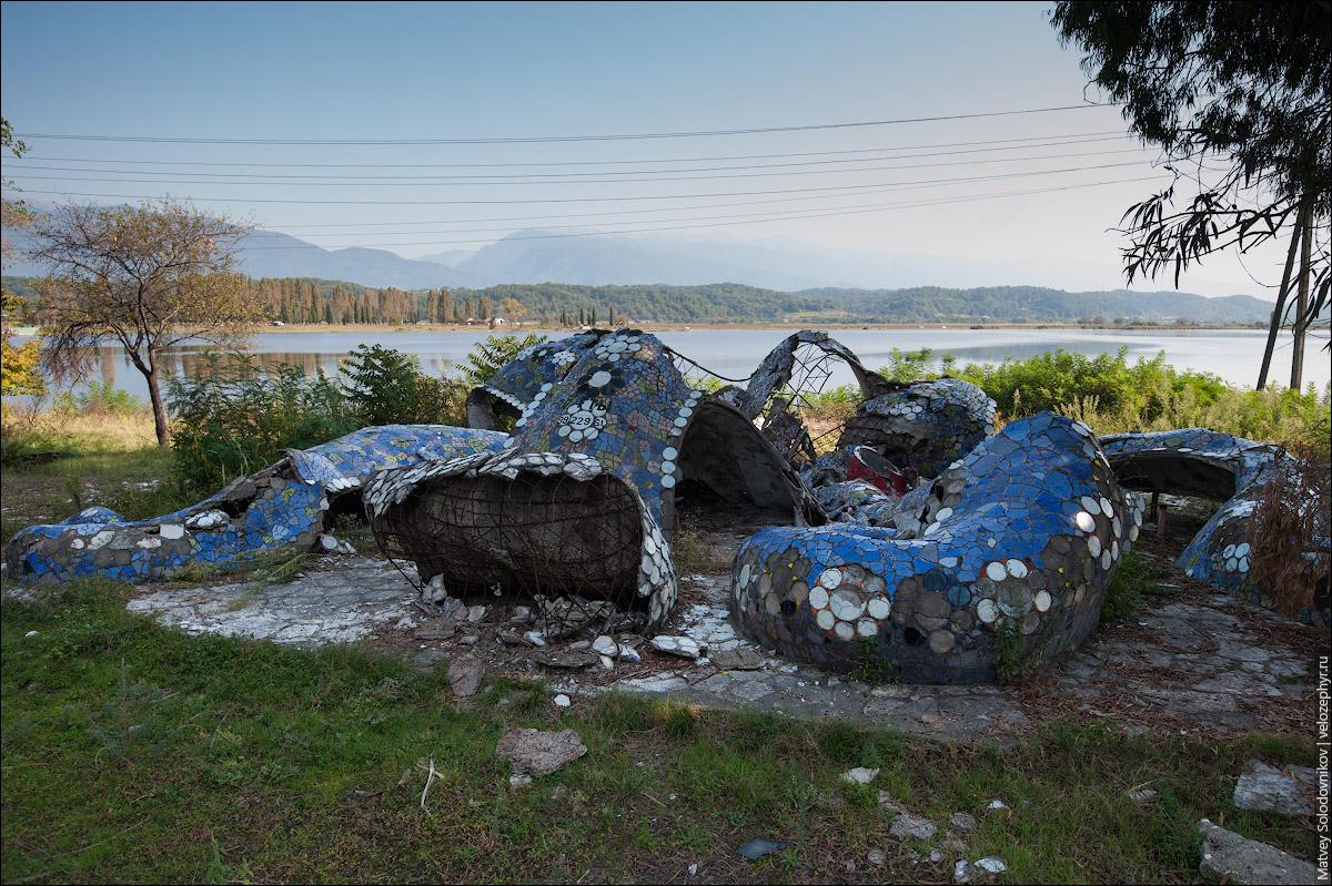 Разрушенная остановка-осьминог
