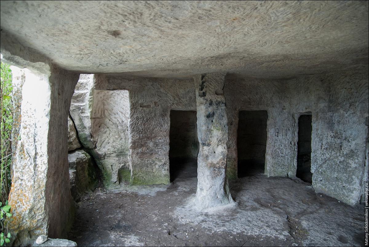 Тюрьма Мангупа. Барабан-Коба (столб в центре)
