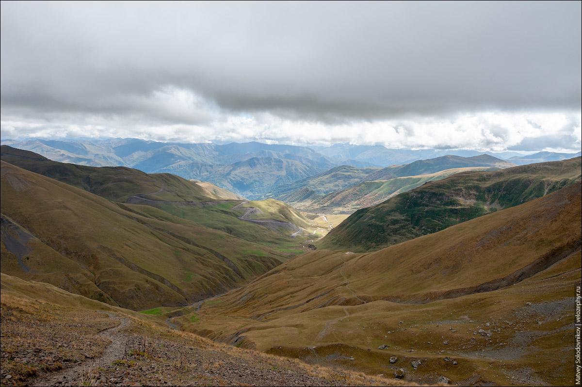 Дорога петляет вниз по холмам