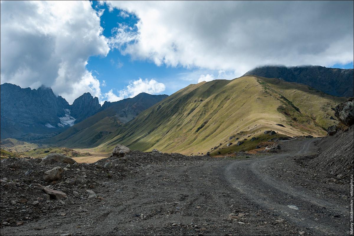 Позади горы
