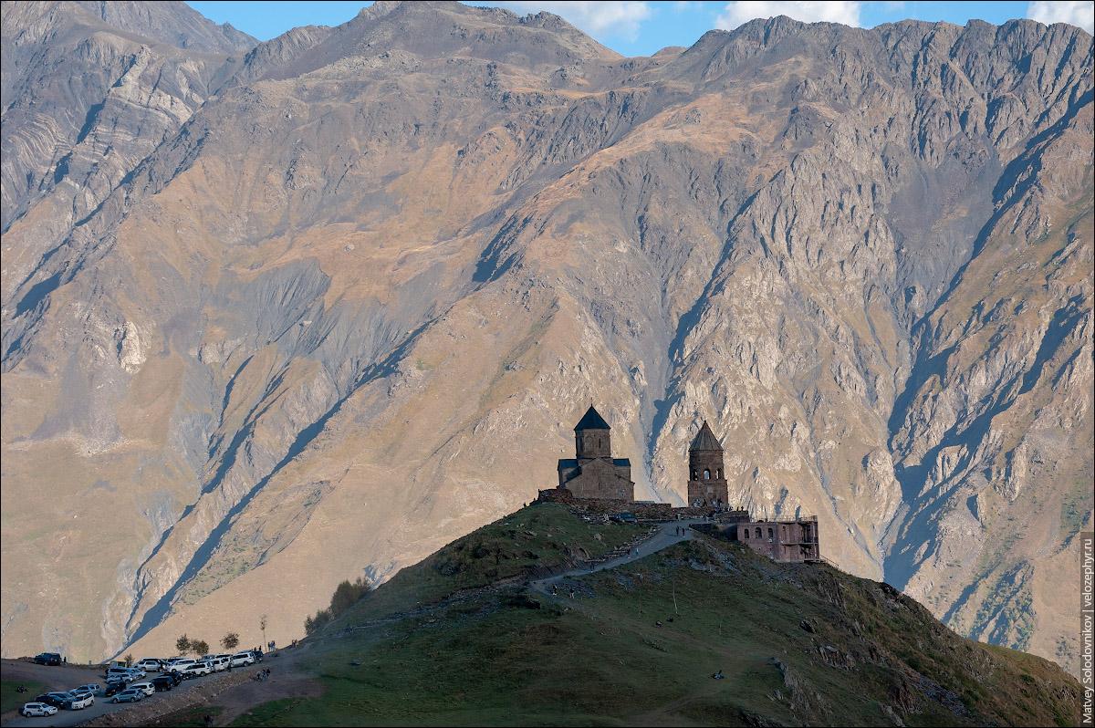 Церковь Гергети на фоне скалы