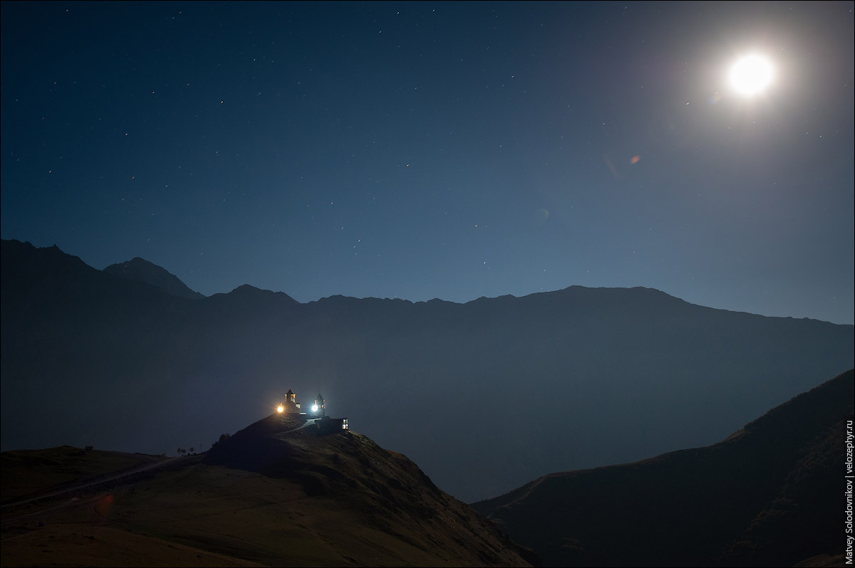 Церковь Гергети в лунную ночь
