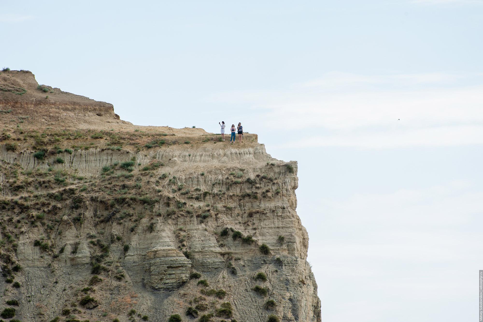Три девчули на скале